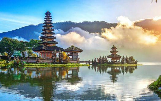 Optimum Bali - News - Ulundanu Floating Temple